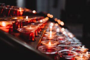 palące się świece
